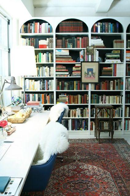 Dunkle Ruckwande Im Bucherregal Und Die Bogen Sind Auch Toll Unpraktisch Aber Toll Hausbibliothek Bucherregal Design Bibliothek Zu Hause