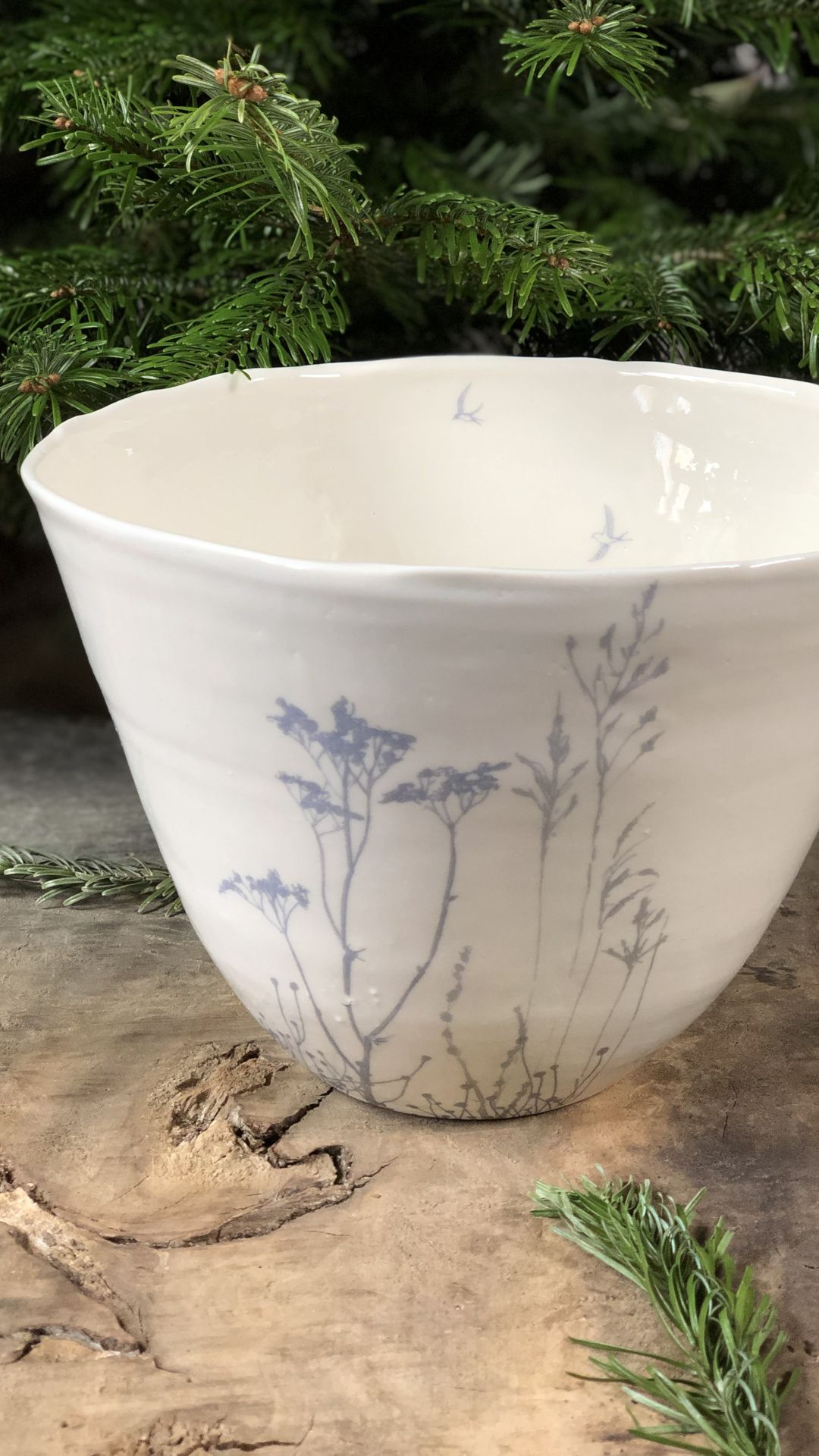 🇫🇷You will fall in love with these beautiful white porcelain bowls, enamelled in transparent, designed by the French artist Myriam Ait Amar.A flight of blue or golden flowers and plants brightens up an immaculate white to make us dream while lightness...  ✨📷 © #garancecassien #madeinfrance #ceramics #interiordesign #occitanie#handmade #savoirfaire #gold #myriamaitamarceramics #ceramique #luxe #design #slowlife  #porcelain #tableware #homedecor #ceramiclove #ceramiclife #bowl #saladbowl