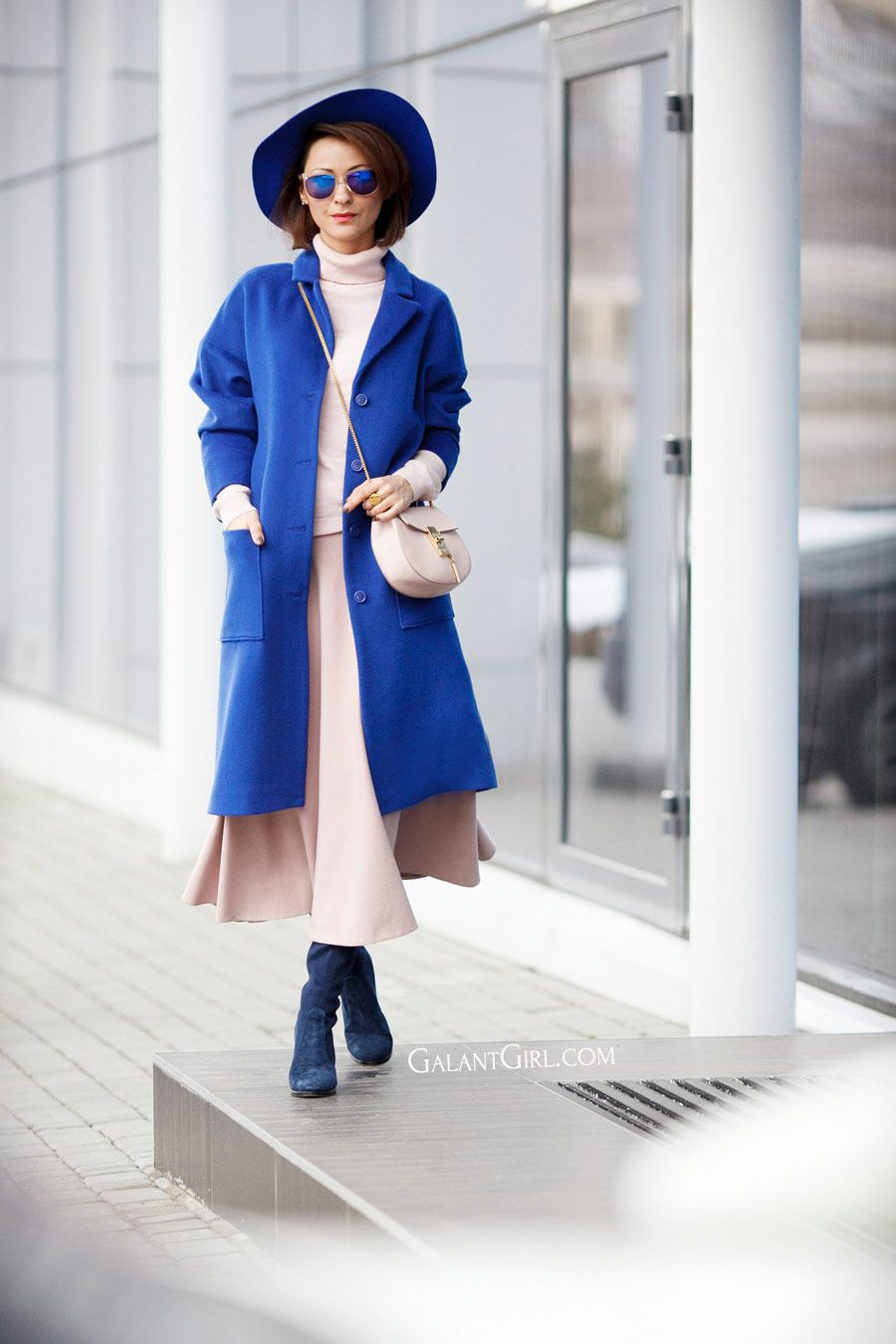 electric blue color outfits, blue coat outfits, chloe drew bag outfits,