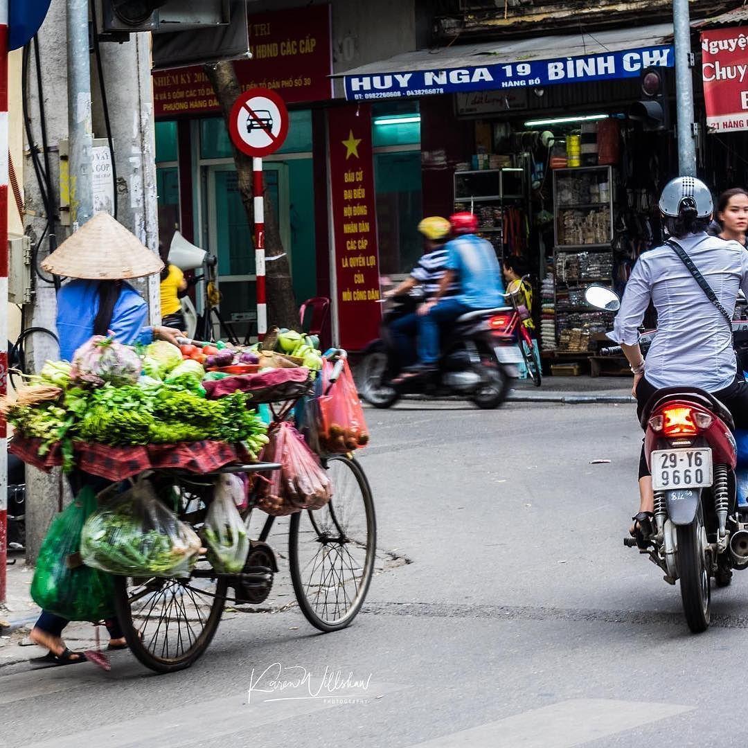 Hanoi streets.  #hanoi #vietnam #visitasia #visitvietnam #travel #travelling #twitter #natgeotravel #explore #discover #discovery #travelphotography #travelphoto #streetphotography #street #phototour #tour