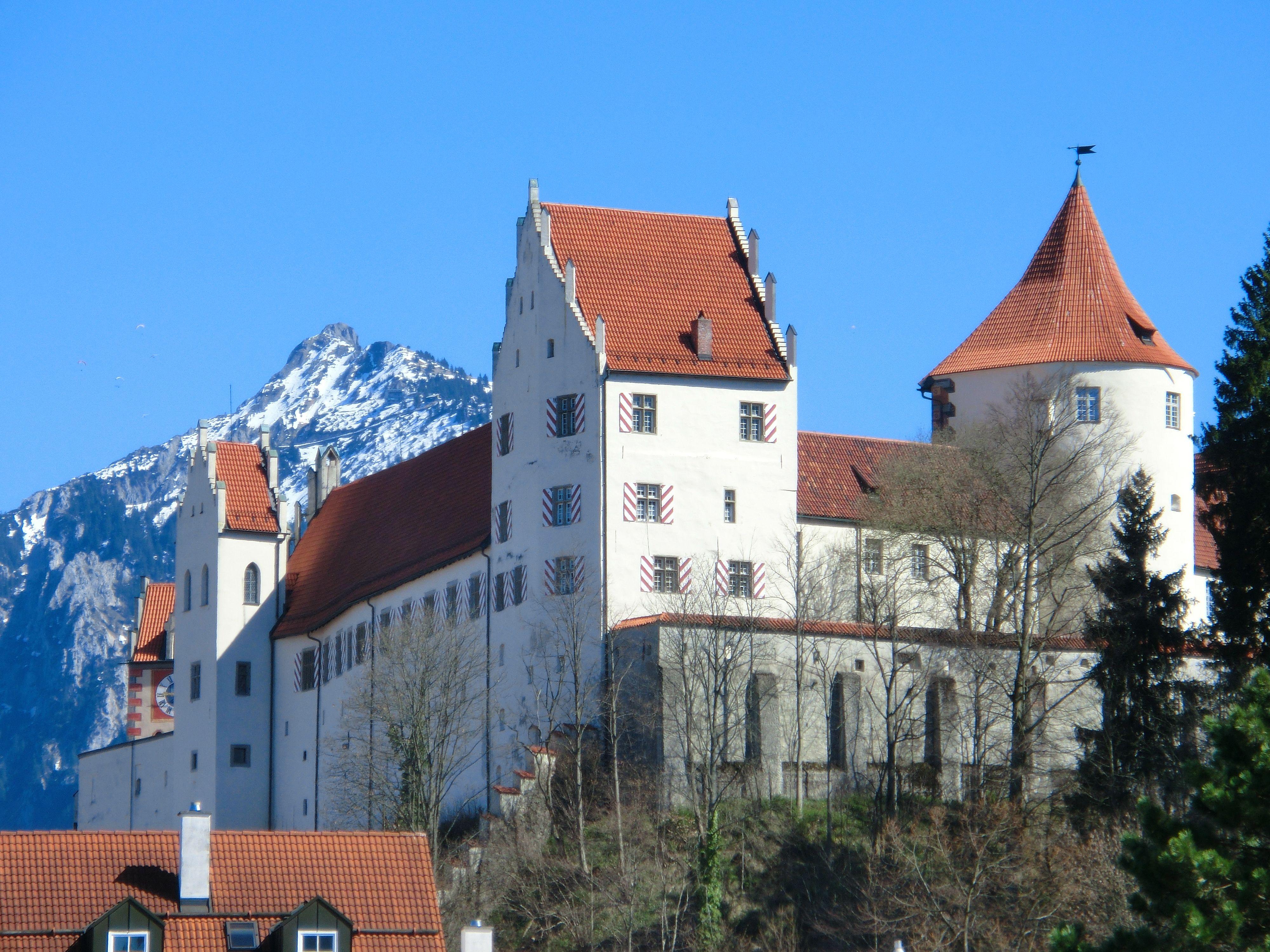 Das Gotische Hohe Schloss Thront Auf Einem Hugel Uber Der Romantischen Altstadt Von Fussen Im Allgau Es Zahlt Zu Schlosser In Bayern Burg Burgen Und Schlosser