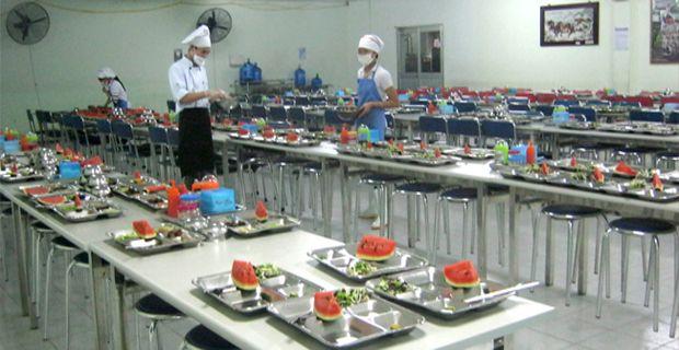 nhân viên đang chia suất ăn