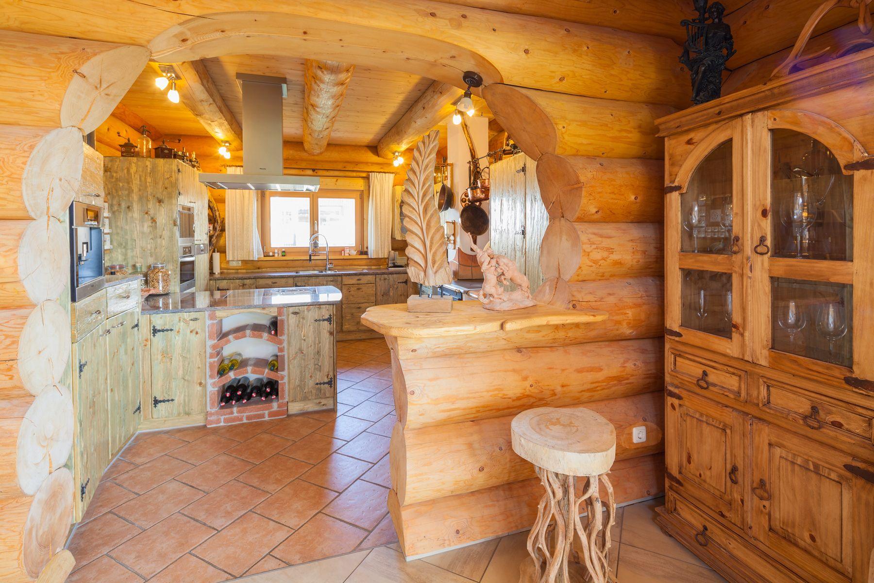 Ein traditionelles Naturstammhaus/Blockhaus nach