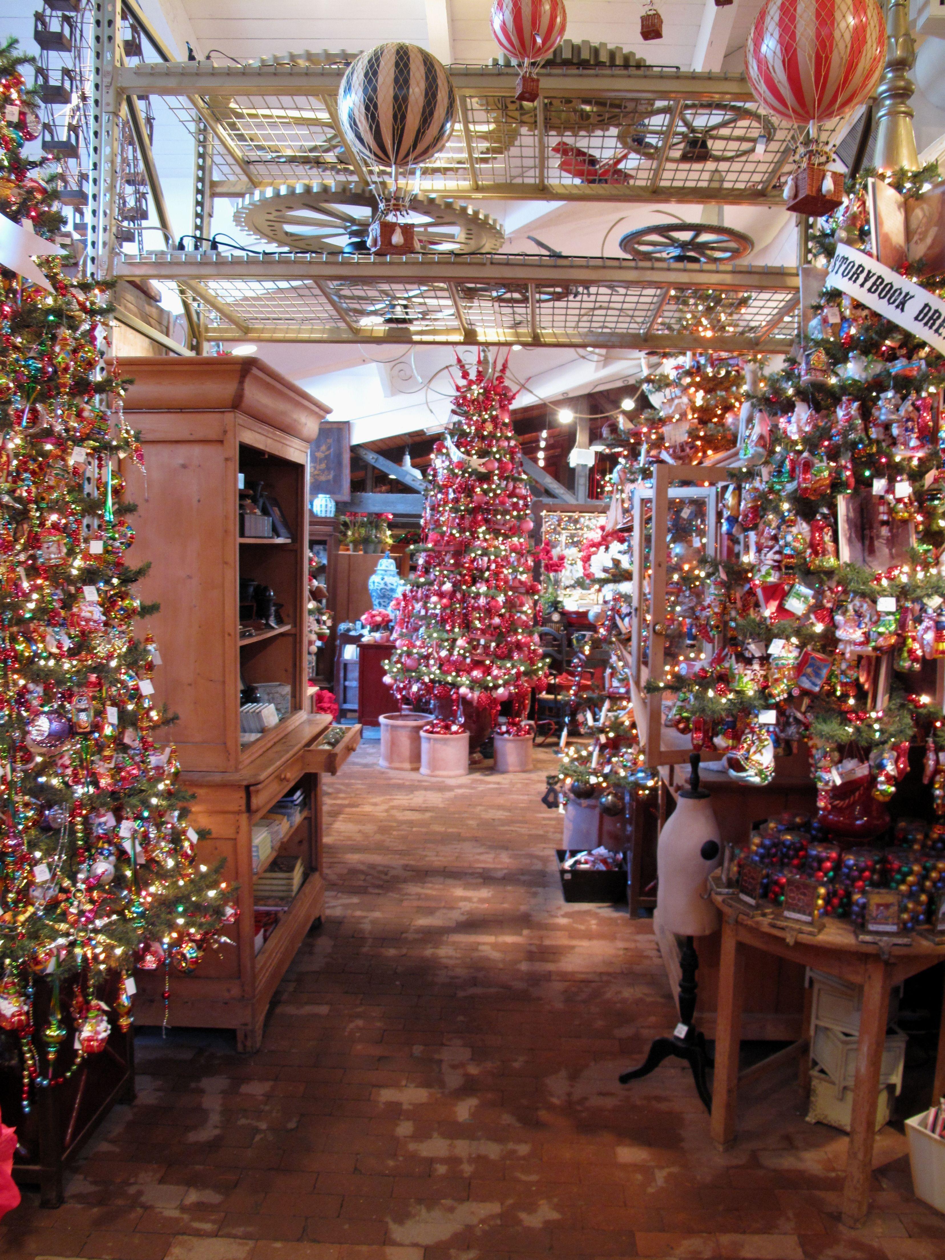 2009 Christmas Roger's Gardens Christmas shop window