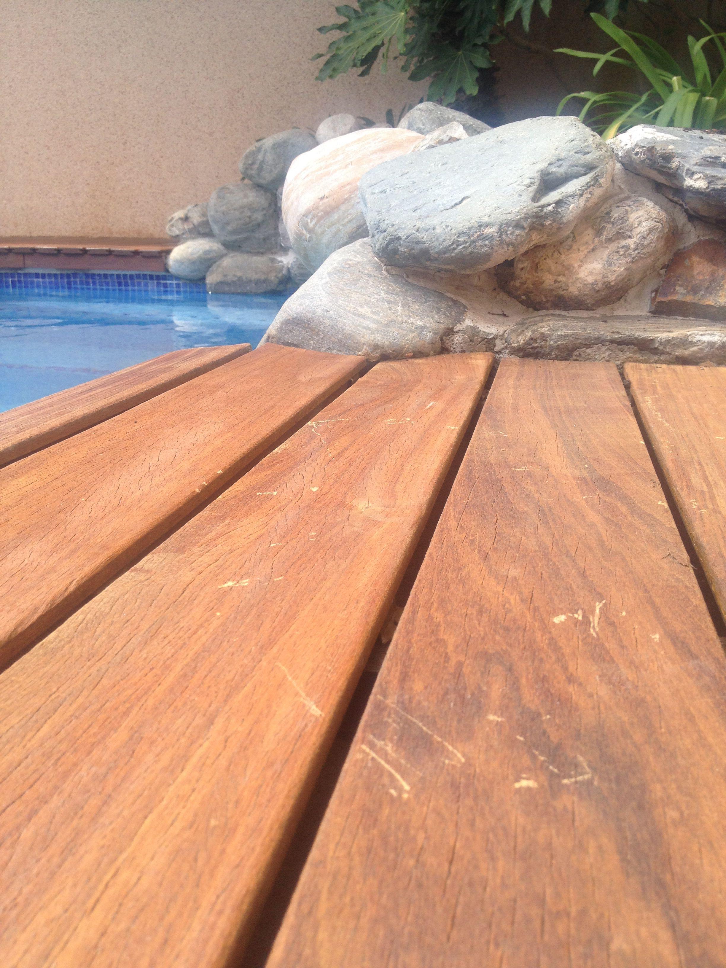 Aquesta tarima està feta amb IP, una fusta tropical k ens aporta una estètica i un tacte que cap altre material pot igualar-ho. Ens cal un manteniment anual per poder mantenir-la en un bon estat!!!!
