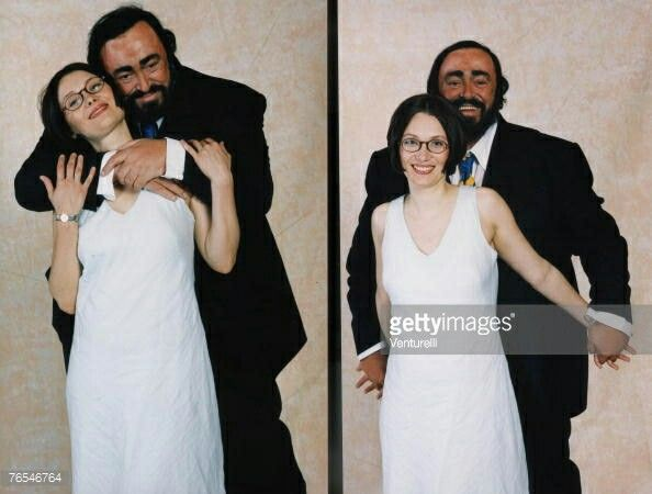 Luciano pavarotti poses with his wife nicoletta mantovani for Luciano pavarotti nicoletta mantovani