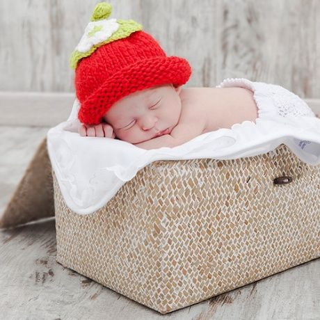 Gorrito crochet en forma de fresa. Gorrito de ganchillo hecho a mano para  bebé o recién nacido en forma de fresita. Ideal para sacarle unas fotos muy  ... 39d7df6662b