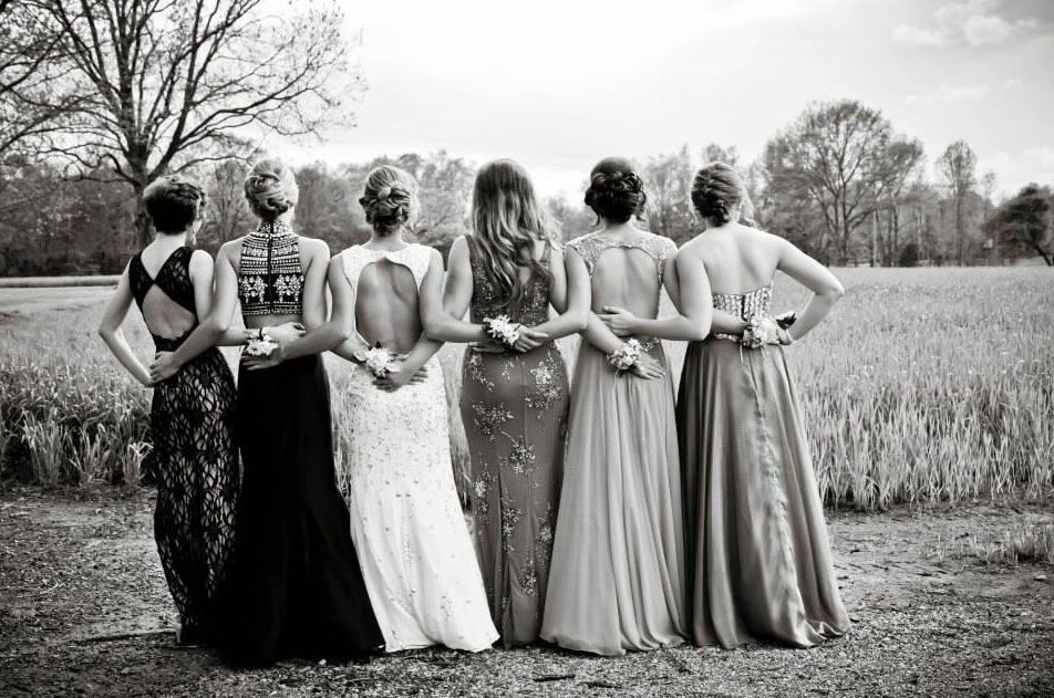 Idee Pose Fotografiche : Creative prom poses to get your squad ready for the best night