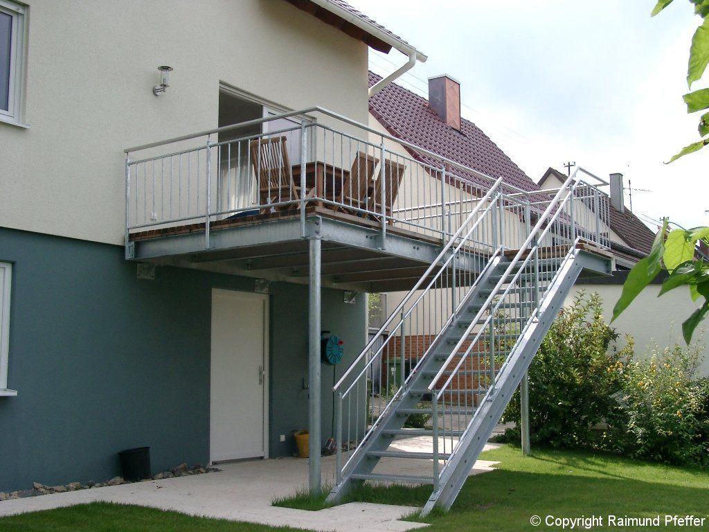 Balkon Mit Treppe In Den Garten Als Terassenuberdachung In 2020 Treppe Terrassendach Balkon