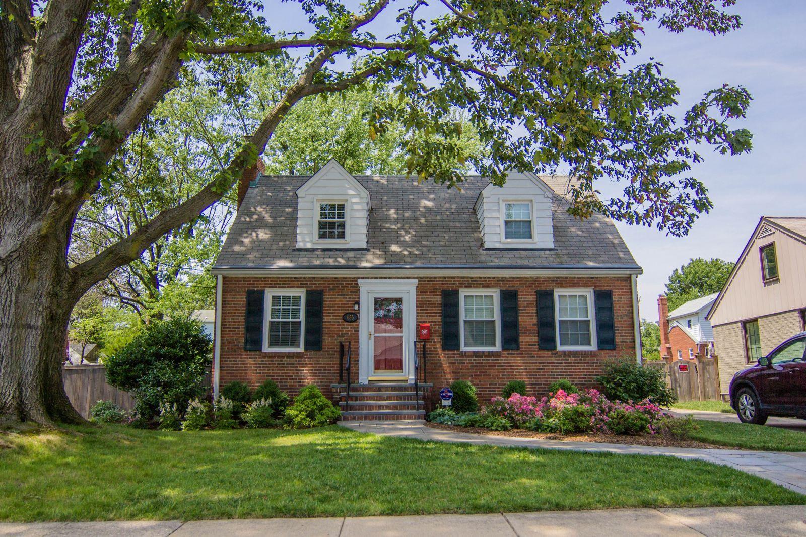 Red Brick Cape Cod Houses 502606 Jpg 1 600 1 067 Pixels Exterior Paint Colors For House House Exterior Exterior House Colors