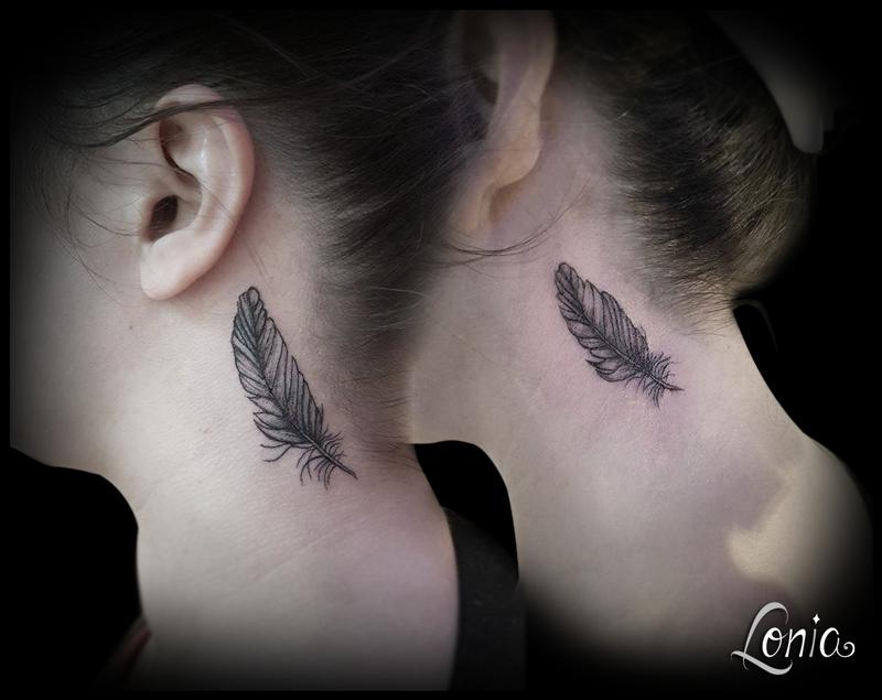 Tatouage Lonia Tattoo Plume Couple Duo Amies Soeurs Cou Tattoos