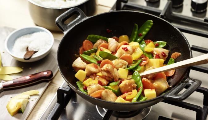 Lust auf asiatisch? Dann probiere den Fisch-Wok mit knackigen Möhren, bunten Paprikastückchen, süßen Mangostückchen und Zuckerschoten.