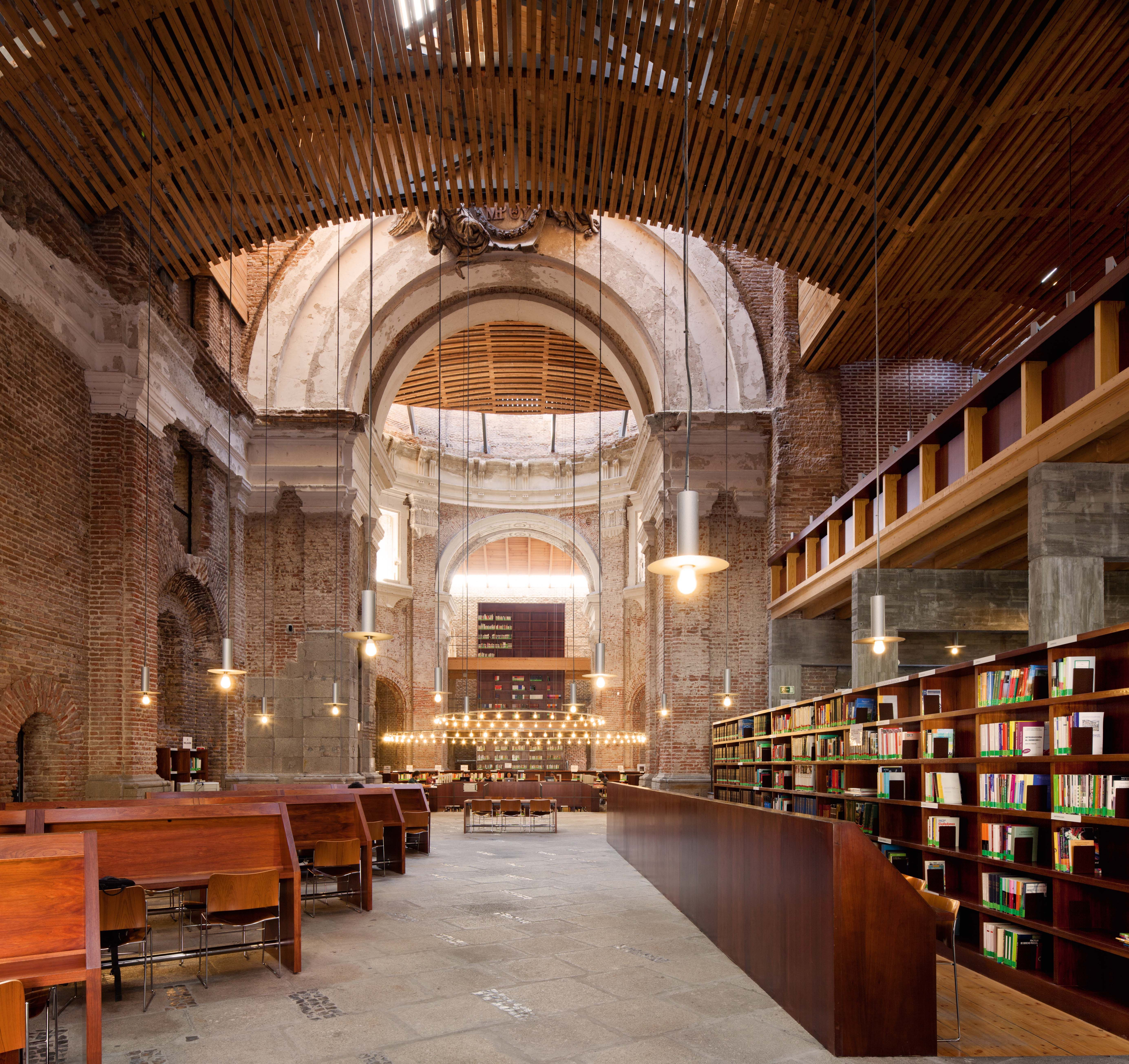 Biblioteca del aulario de la universidad nacional de for Arquitectura de interiores a distancia