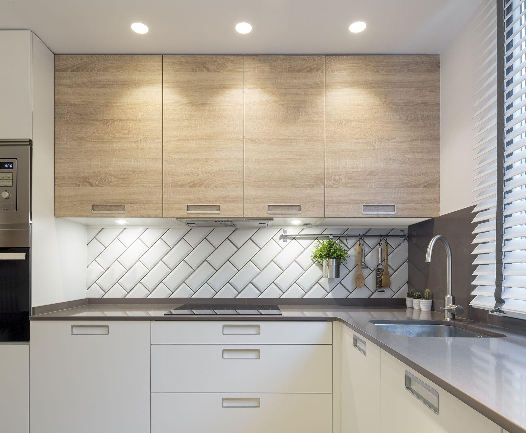 Cocina modelo ariane de la casa santos en acabado blanco y - Encimeras de azulejos ...