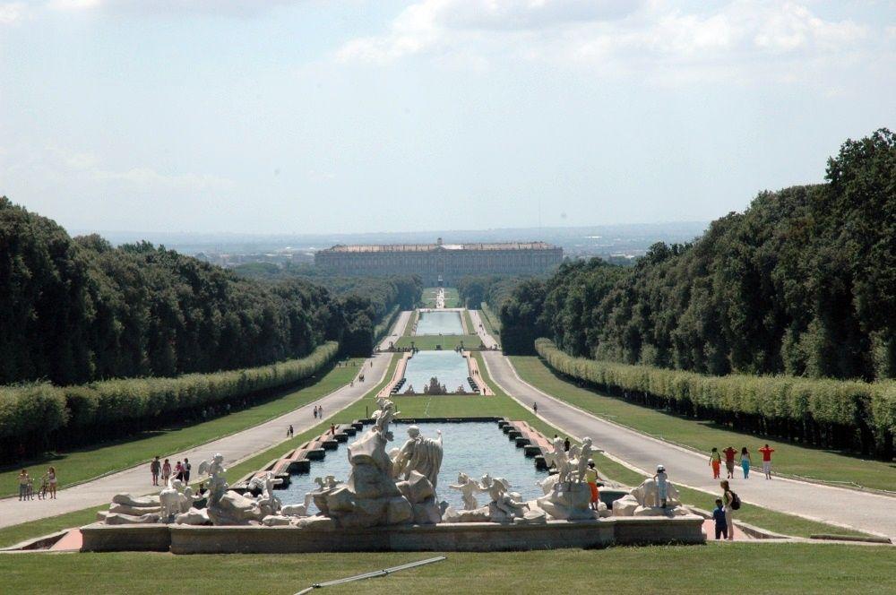 Palazzo Reale di Caserta con il Parco, Acquedotto di Vanvitelli e complesso di San Leucio, bene protetto dall'UNESCO dal 1997.