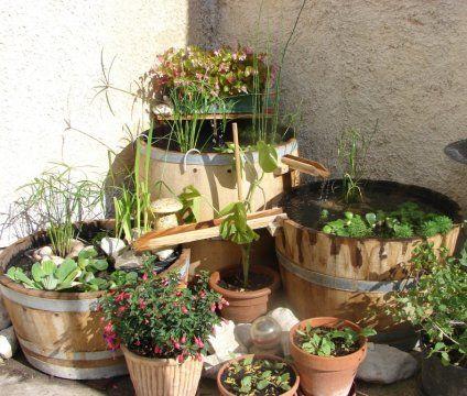 Un bassin-fontaine à base de tonneaux. Il se compose de trois ...