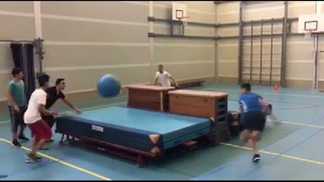 Tafeltennis tafel in het groot rond de tafel spelen met for Groot rond zwembad