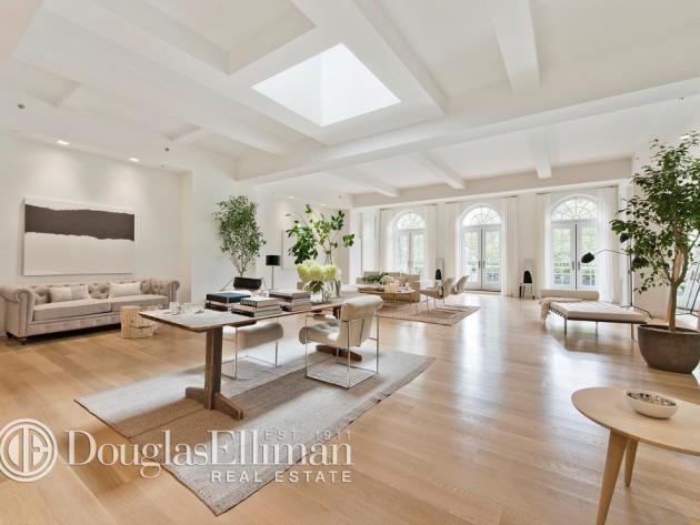 Tour Jennifer Lopez's Manhattan Penthouse: Living Room    10 pics