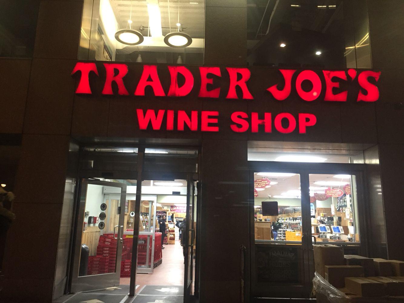 Como na Costa Leste dos EUA apenas 1 filial da cadeia de supermercado pode vender bebida alcoólica na cidade, o Trader Joe's, que mora no coração tanto dos Californianos, como dos Nova Iorquinos, proximo a Union Square, tem uma loja de vinho separada. Pensando bem, podiam abrir uma dessas em LA tb e aumentar o número de marcas de vinhos que custam $2. Nada mal, né?!