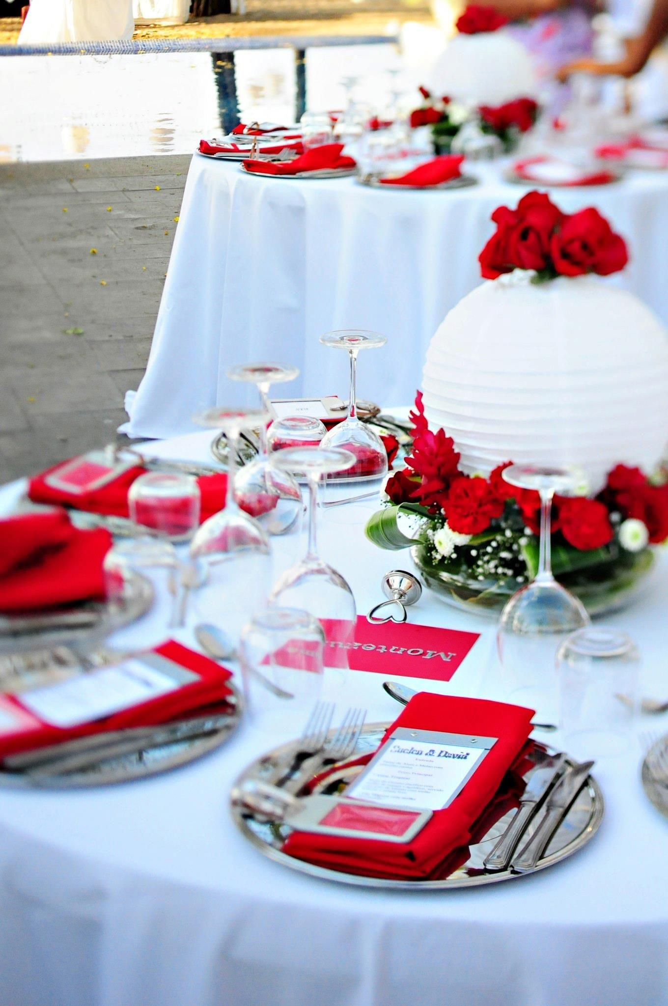 Une Décoration Romantique Où Prédomine Le Rouge Avec Une
