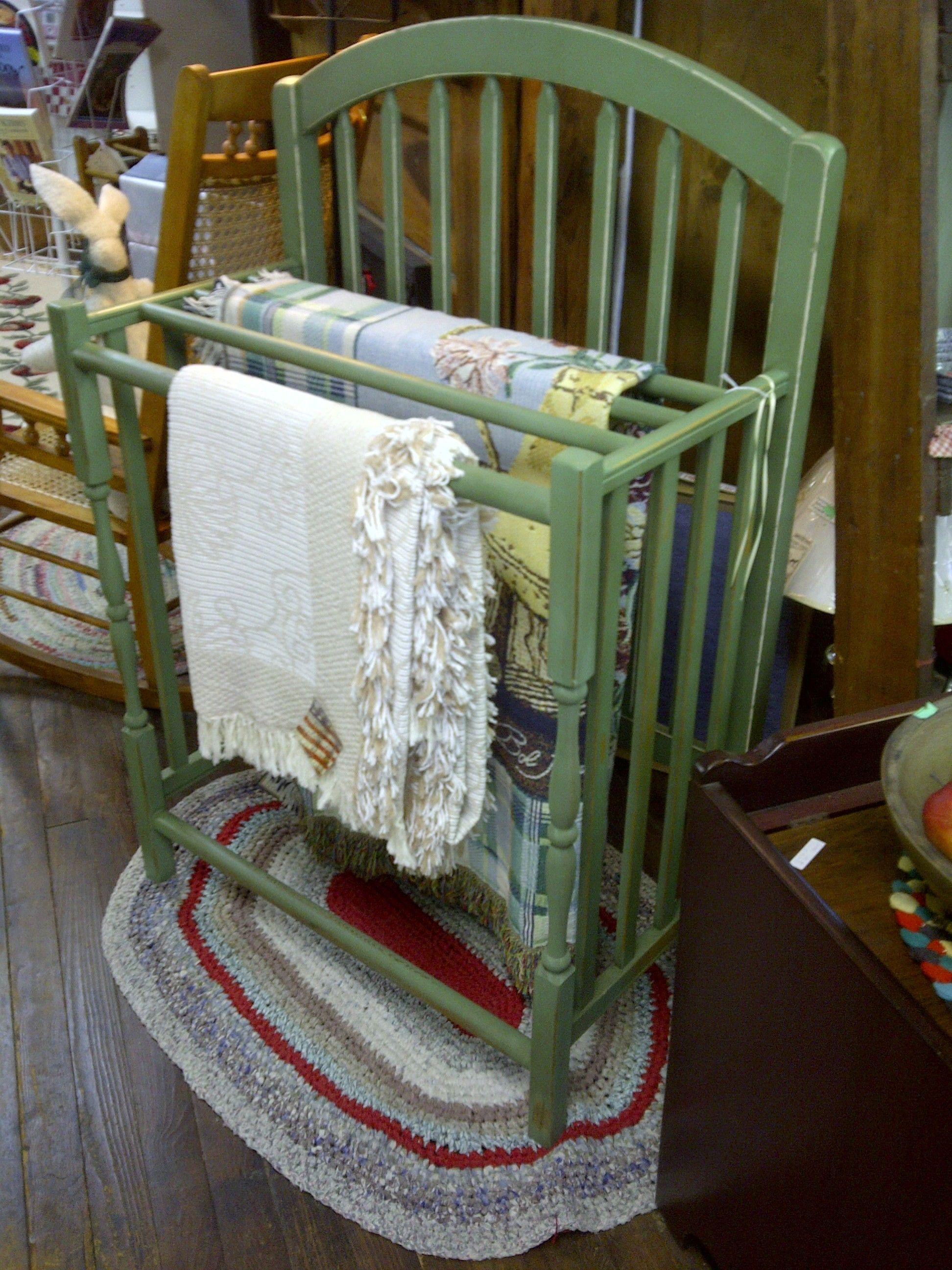 Una excelente razón para mantener una pieza sentimental. Utilice una vieja cuna del bebé como un estante colcha.