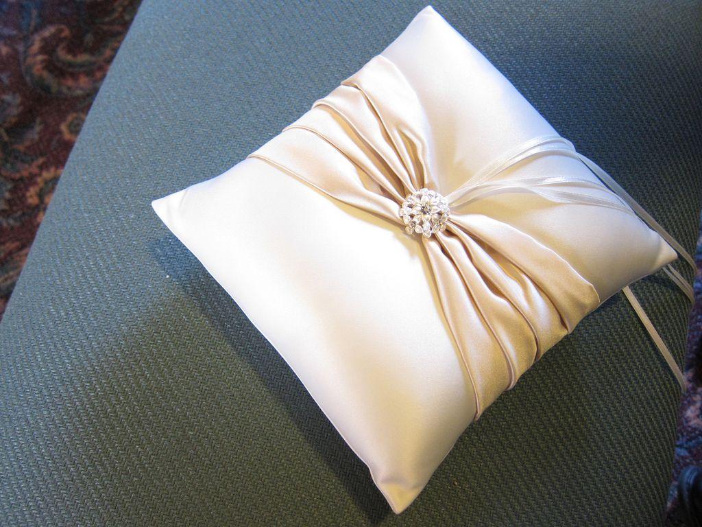 "6/"" x 6/"" ELEGANT IVORY SATIN//DIAMANTE BRIDAL WEDDING RING CUSHION PILLOW"
