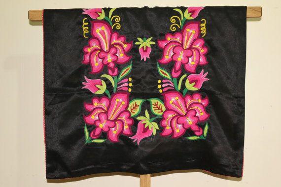 Huipil bordado a mano: blusa Oaxaca terciopelo por CadenillayFlores ...