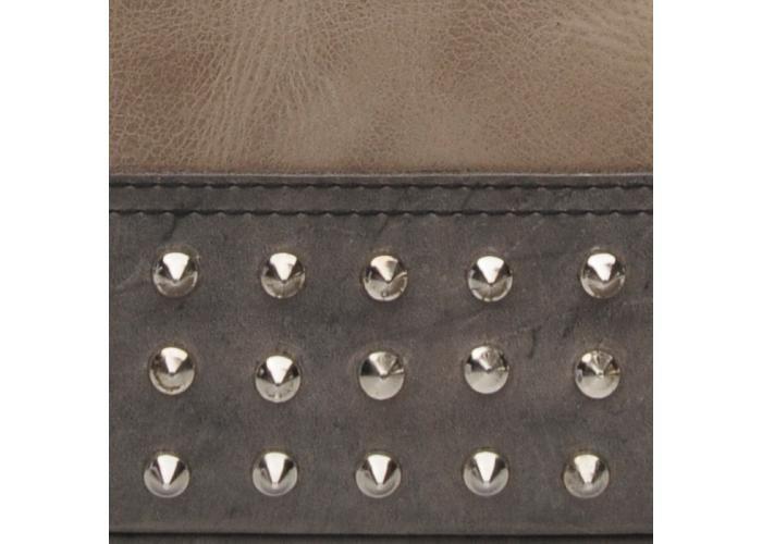-Esta confeccionada en piel blanco arena, con aplicaciones en piel color negro, bolsillo interno y bolsillo externo.-Calavera en alto relieve al centro.-Remaches en color níquel, remachados a mano.-Medidas: 25.5 cm x 60 cm (con las asas) x 12.5 cm-Forro de algodón en color negro y cremallera YKK en color níquel.