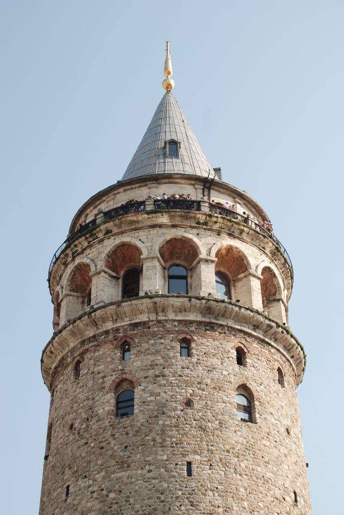 La Torre Gálata (Galata Kulesi) es una de las torres más antiguas del mundo. Desde su parte más alta se obtiene una de las mejores vistas de Estambul.  La primera Torre Gálata fue construida en madera en el año 528 para servir como faro. En 1348 fue reconstruida por los genoveses con el nombre de Torre de Cristo.