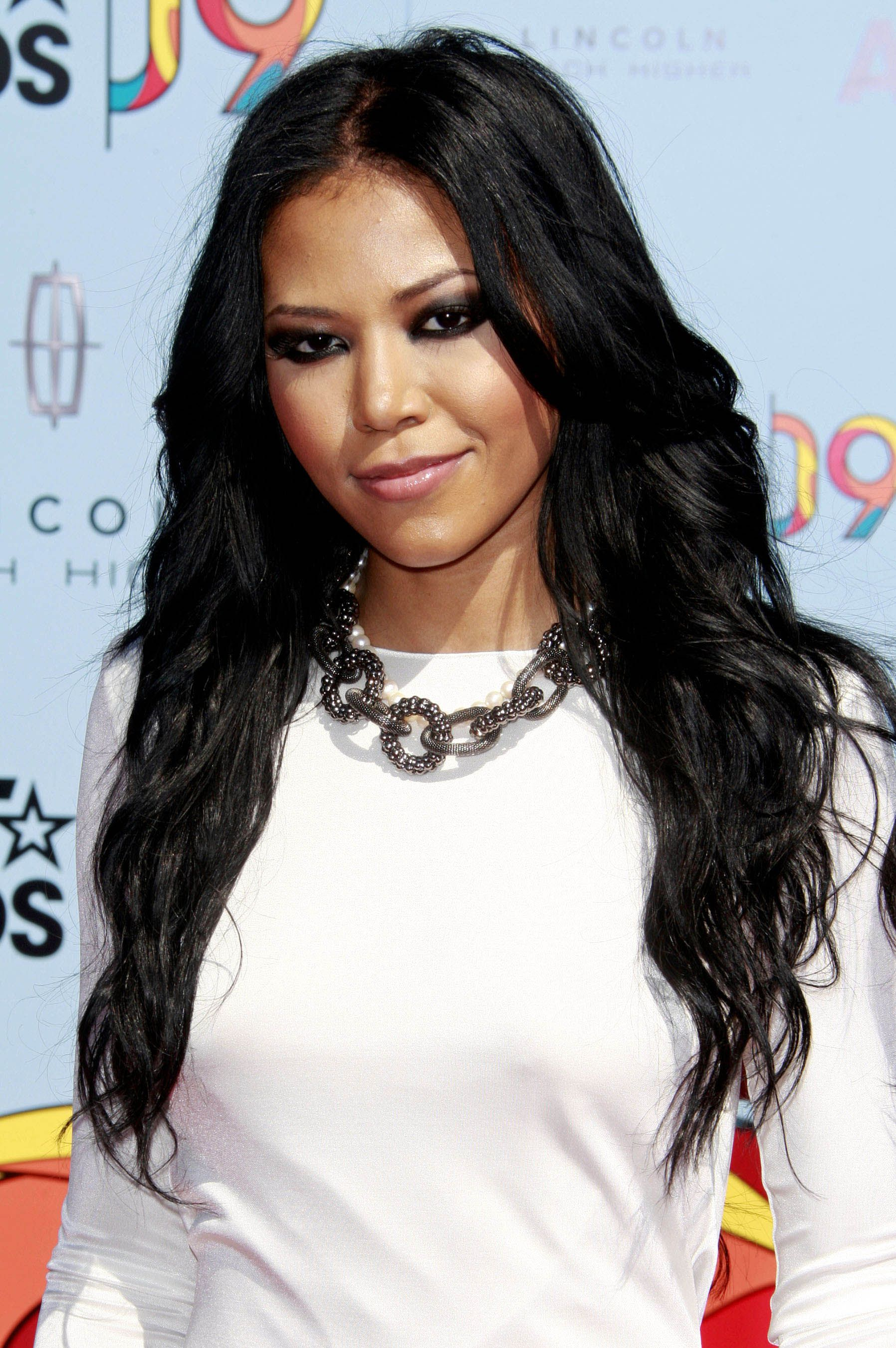 Amerie looks gorg with her long loose curls | A woman's ...