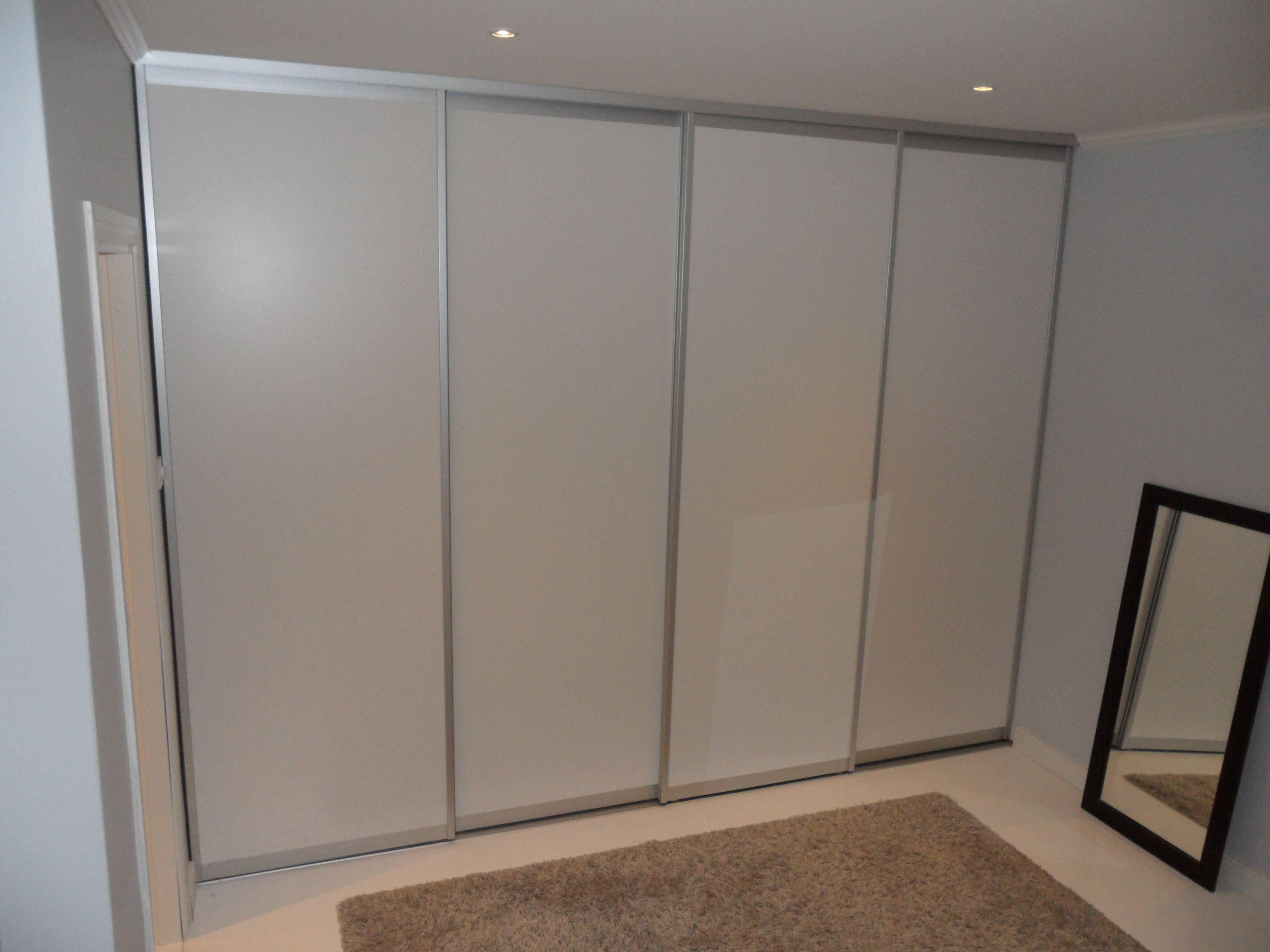 Makuuhuoneen kaapisto liukuovilla. Mirror Linen valkoinen väre -ovi alumiinisella Classic Mini kehyksellä.  Alumiinikehys tekee ovista hyvin kevyitä ja helposti liikuteltavia.