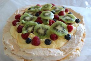 Pavlova. Dessertkake.Trinn for trinn. Easy peasy. nursemarita.wordpress.com