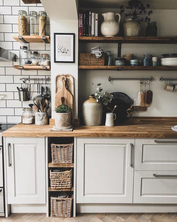 Moderne rustikale Küche, neutrale Wände und natürliche Elemente #rustickitchen #kitche …  #…