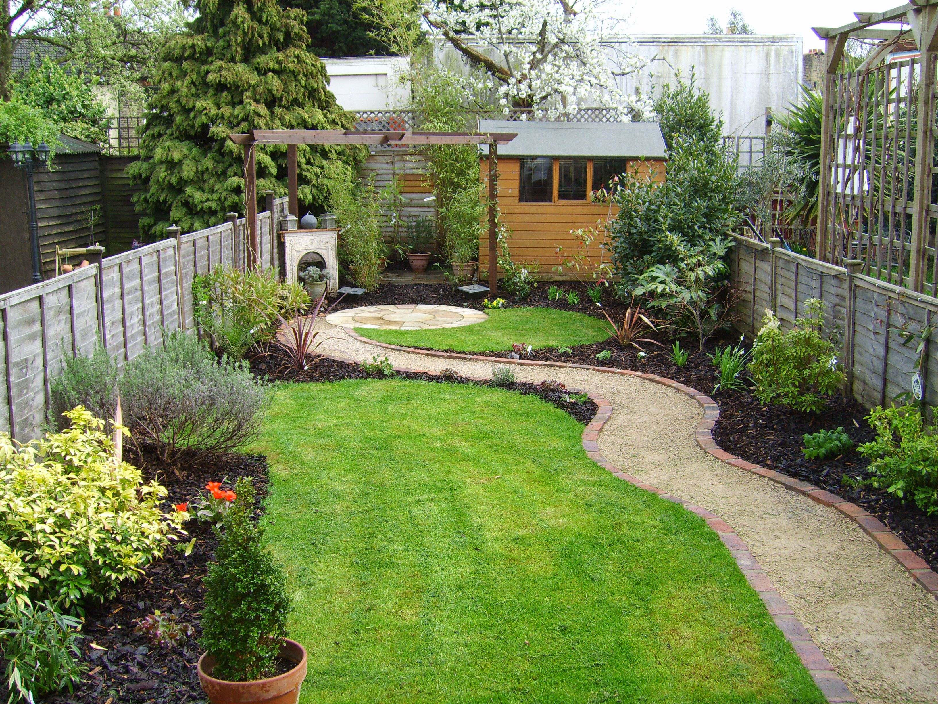 Small garden that was also a long thin garden tuin for Garden designs pictures ideas