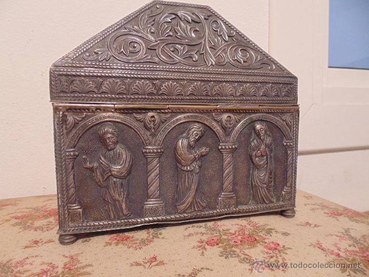 arqueta liturgica, pixide, relicario  cobre repujado y plateado, Cristo y cinco santos apostoles,