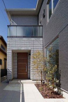 凹凸のある外壁タイルが 外観デザインに趣を与える このタイルは