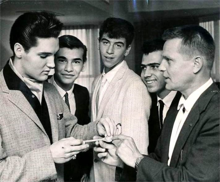 Elvis in march 24 , with fans at the Fontainebleau before rehearsing for the Frank Sinatra show .