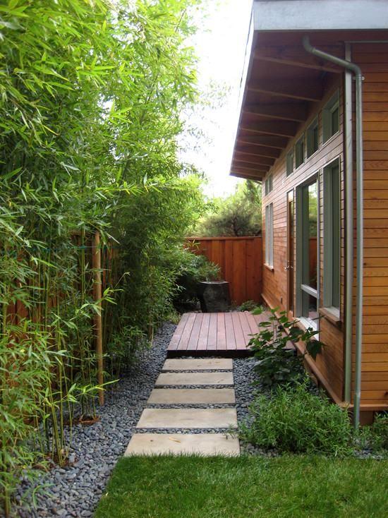 Haus Innenhof Gestaltung Kies Bambus Pflanzen Trittplatten
