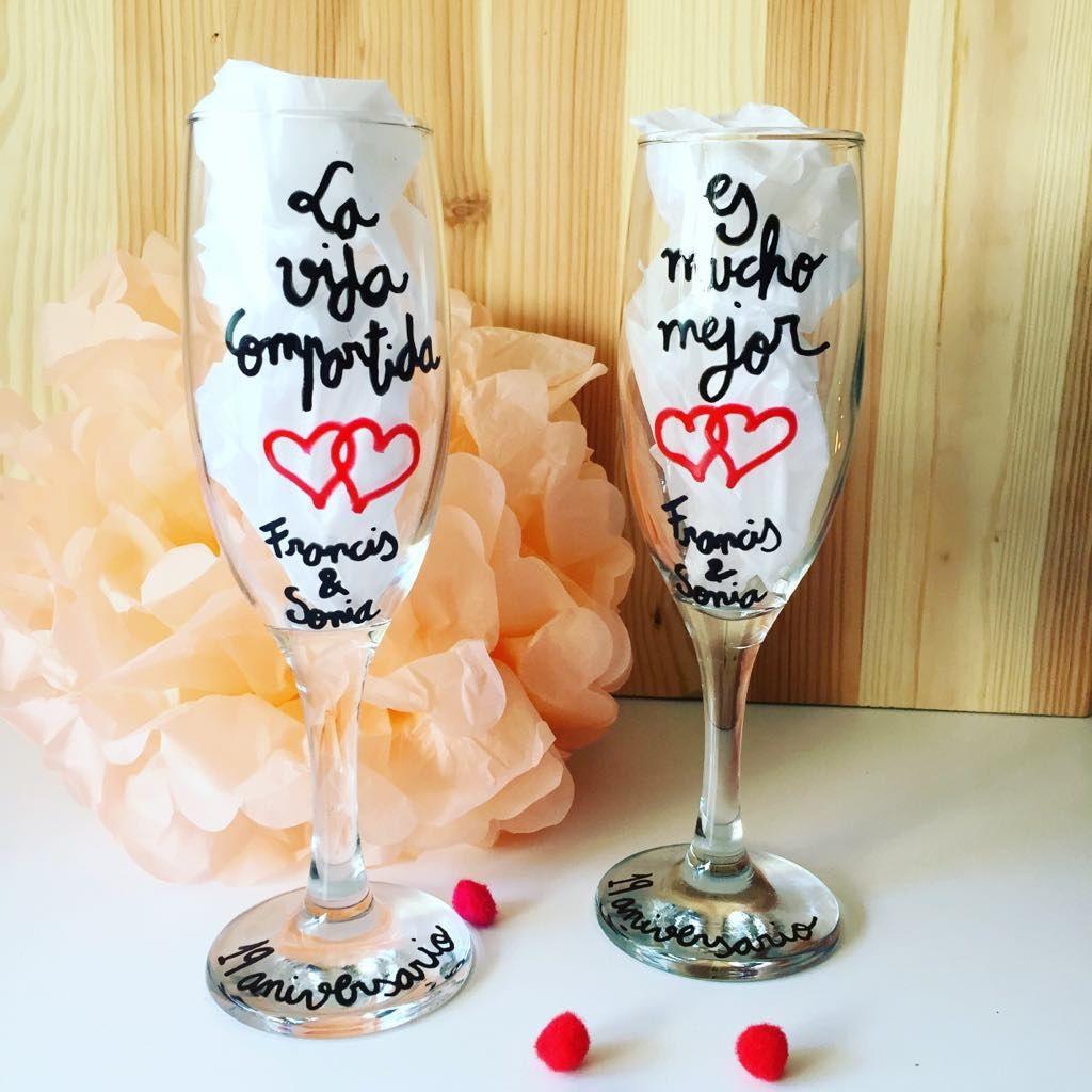 Caja decorada con copas de champagne (cava) personalizadas. Regalo para novios. Regalo personalizado para novios. Regalo de aniversario. SHOP ONLINE: WWW.MOS-TAZA.COM