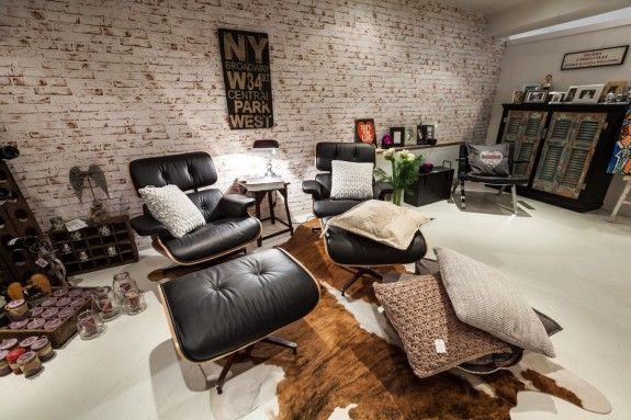 Verschiedene Elemente wie die Tapete im Ziegelsteinmuster machen - groses wohnzimmer gemutlich einrichten