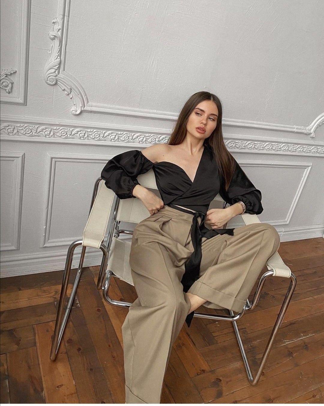 Photo of Camicia manica a sbuffo nera Pantaloni palazzo beige