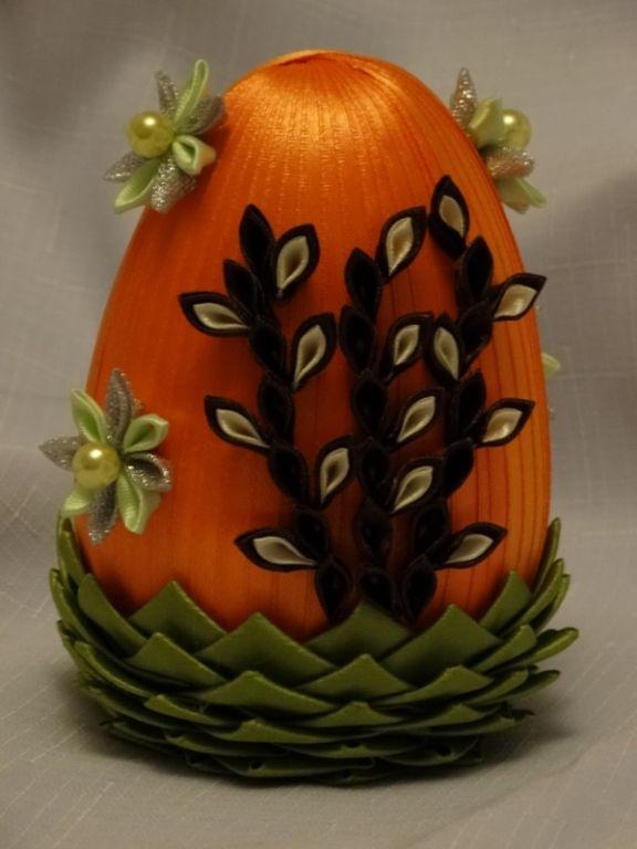 Jajko Ozdobione Wstazka Satynowa Kwiatkami Kanzashi I Palemkami Fabric Ornaments Crafts Christmas Ornaments