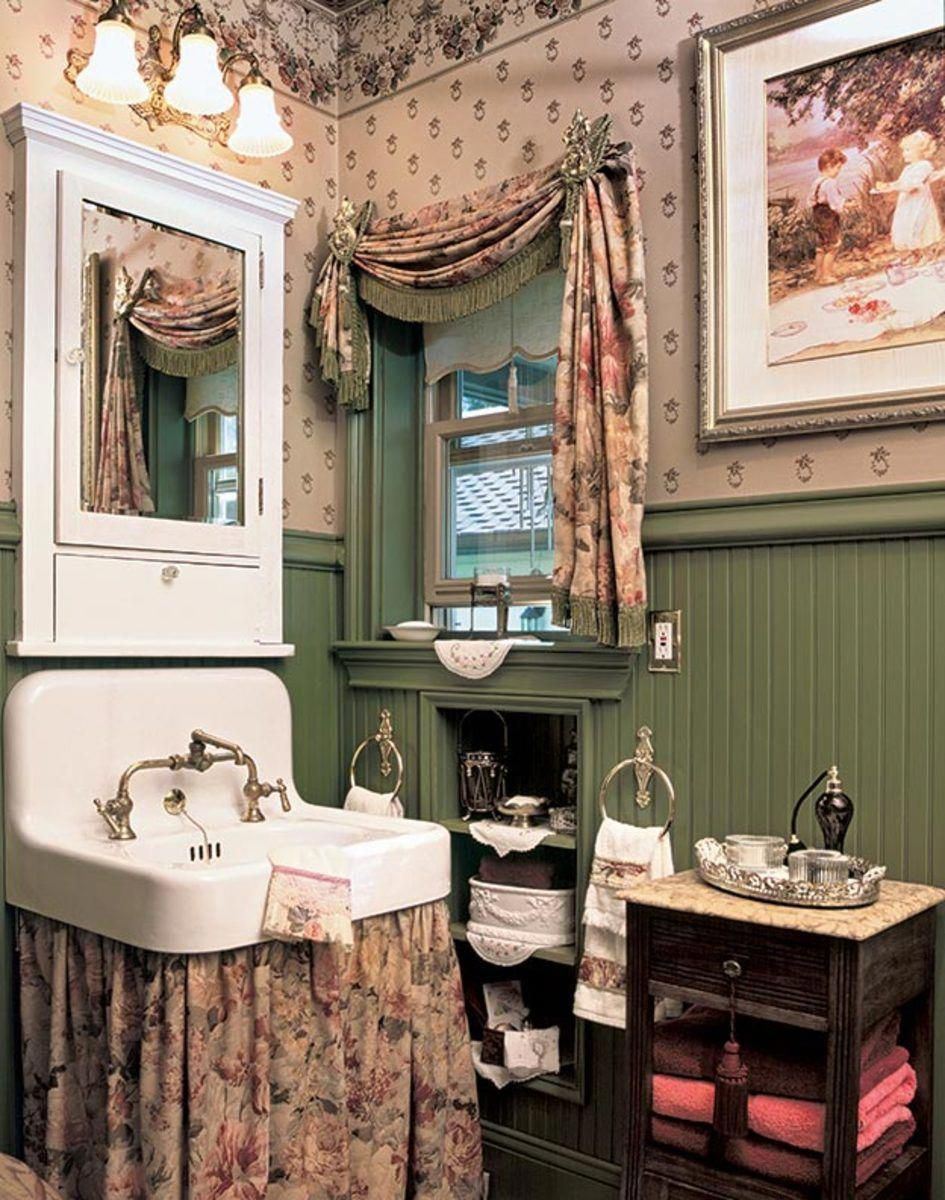 Every Romantic Detail In This New Old Guest Cottage Says Country Victorian The Wall Hung Viktorianisches Badezimmer Shabby Chic Badezimmer Kleine Badezimmer