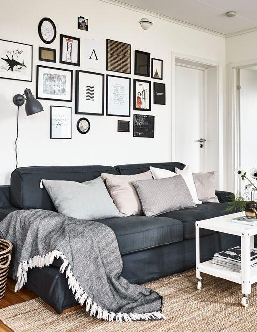 eine collage aus gerahmten bildern schafft die perfekte r ckwand f r dein wohnzimmersofa ikea. Black Bedroom Furniture Sets. Home Design Ideas