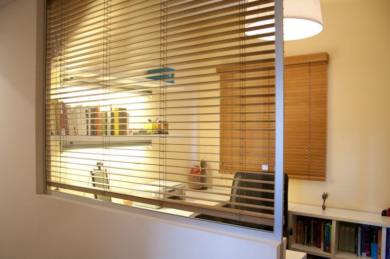 Muebles laqueados estantes con luz cajonera movil porta for Cortinas de madera para puertas