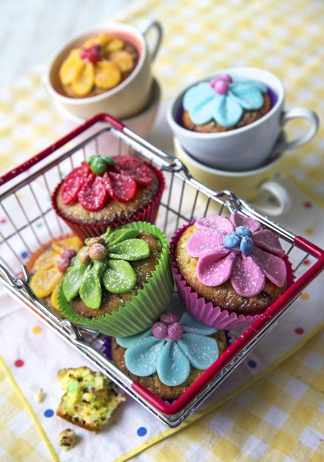 Värikkäällä sokerimassalla koristellut funfetit ilahduttavat kahvipöydässä ja lastenjuhlissa. Sisällä on yllätys, sillä taikinassa on strösseleitä! Katso helppo ohje!