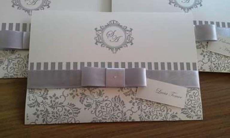 Convite feito com papel especial com efeito perolado. Acabamento em fita de cetim