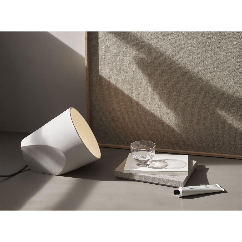 On The Edge lattiavalaisin Menu. Muotoilijana NoiDoi. Tätä kaunista keramiikasta valmistettua valais...