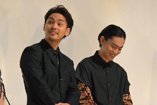 左から柳楽優弥、菅田将暉。