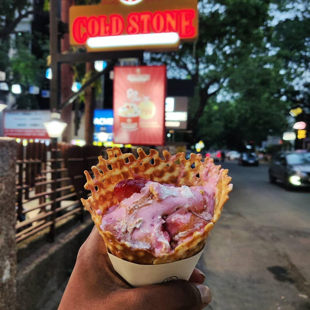 SIGNATURE STRAWBERRY 🍓 . Strawberry ice-cream + Pie crust + Caramel . @coldstone @coldstonearabia @coldstoneindia . The ice-cream are so creamy and thick. They serve many varieties of signature ice-cream. Do try it. .